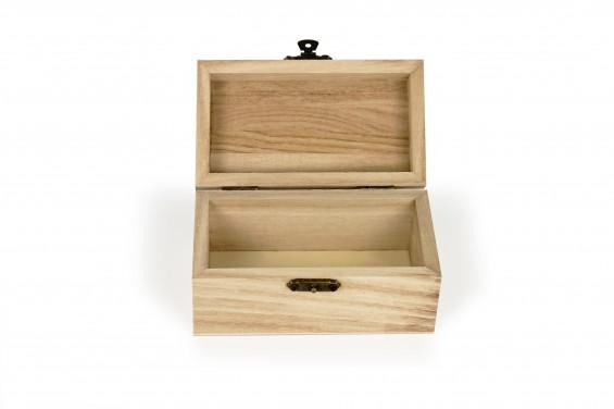Baú de madeira pequeno com tampa curva e fecho de metal