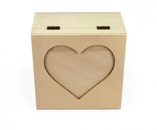 Embalagem de madeira com coração na tampa