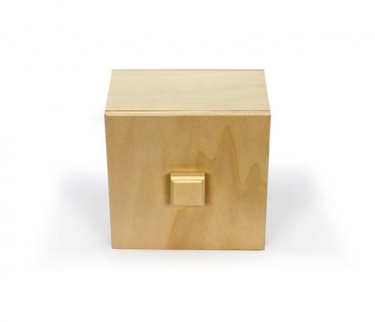 Caixa de madeira com pega na tampa